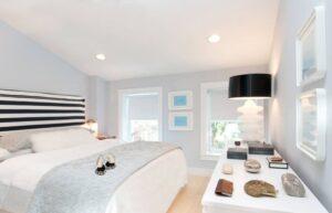 تصویر اتاق خوابی با دیار های آبی آسمانی و سقف سفید