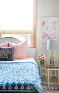 تصویر اتاق خوابی الهام گرفته از سبک بوهو با کرکره های حصیری و میز چوبی