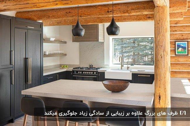 آشپزخانه خلوتی به رنگ های مشکی ، سفید و رنگ چوب با یک ظرف بزرگ روی کانتر