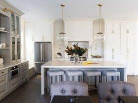 تصویر آشپزخانه ای با کابینت های طوسی و کرم