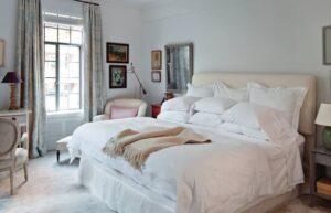 تصویر اتاق خوابی راحت و قدیمی به همراه تختی بزرگ