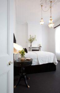 تصویر اتاق خوابی جذاب و لوکس با استفاده از رنگ های سیاه وسفید