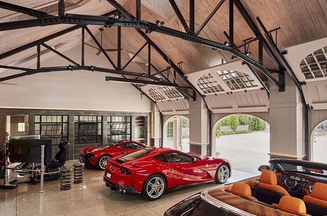گاراژ ماشین های لوکس و قرمز رنگ