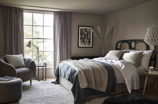 اتاق خواب با تخت دونفره و پنجره بزرگ و طوسی رنگ