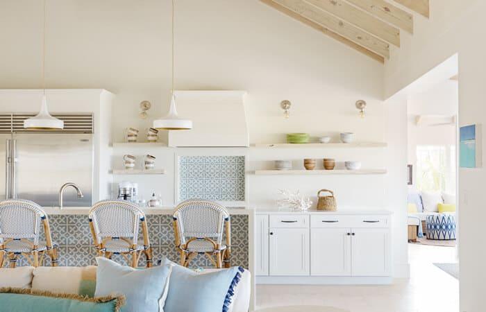تصویری از یک آشپزخانه سفید به سبک ساحلی