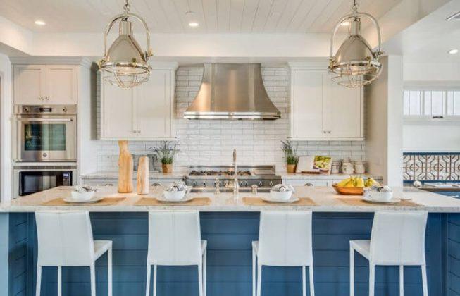 تصویر یک آشپزخانه طراحی شده به سبک ساحلی