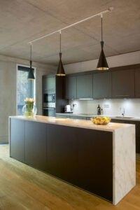 استفاده از کابینت تیره برای فضای آشپزخانه خانه