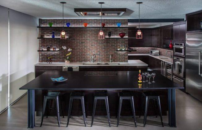 تصویر یک آشپزخانه صنعتی با کابینت های قهوه ای تیره
