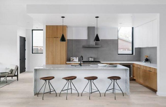 تصویری از آشپزخانه ای به سبک معاصر و امروزی با کابینت های طوسی و چوبی