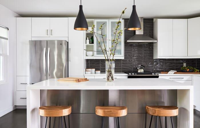 آشپزخانه معاصر با ترکیب رنگ های سفید ، مشکی و چوبی