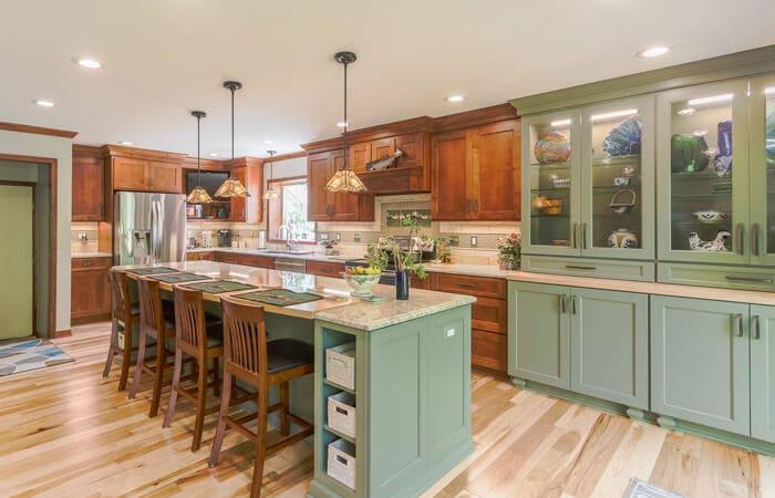تصویر یک آشپزخانه craftsman با کابینت های سبز رنگ و چوبی
