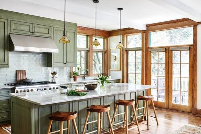 آشپزخانه ای به سبک craftsman با کف چوبی