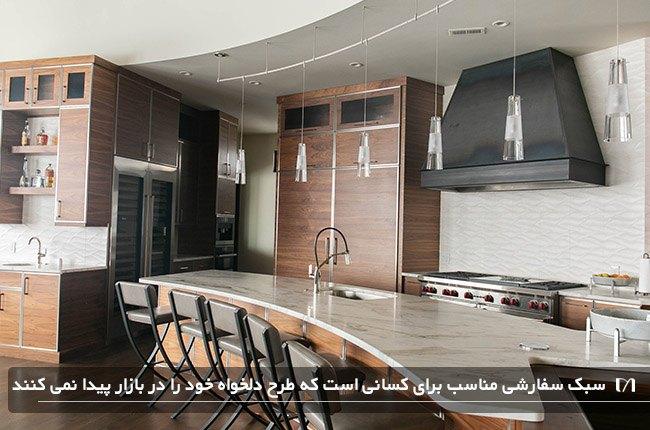 طراحی کابینت های آشپزخانه به سبک سفارشی و هود بسیار بزرگ