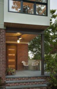تصویر خانه ای با نمای آجری و چوبی