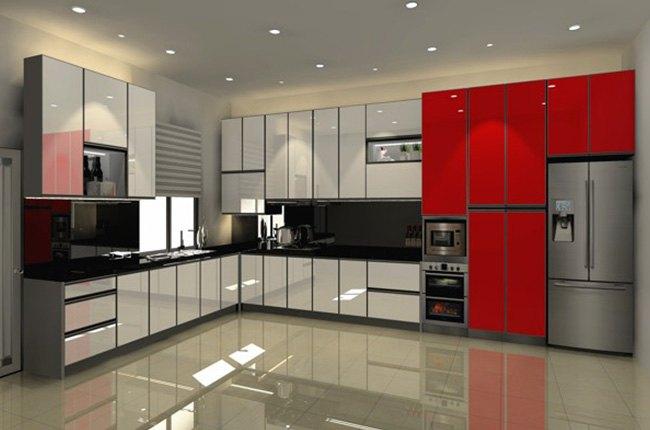 اشپزخانه بزرگ با کابینت های طوسی و قرمز و یخچال