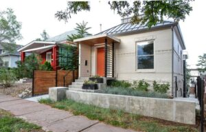 تصویر خانه ای همراه با آفتابگیر در قسمت ورودی اش
