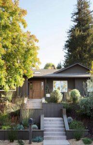 تصویری از محوطه سازی برای ورودی یک خانه