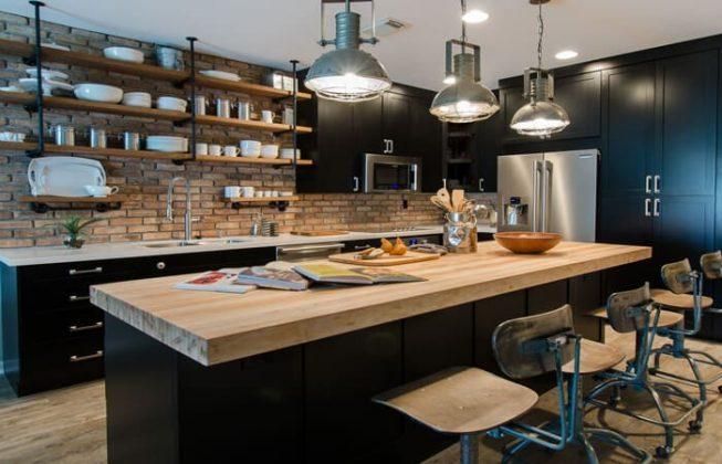 تصویری از یک آشپزخانه صنعتی با رویه کابینتی چوبی