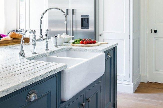 ظرفشویی سفید سنگی و کابینت آبی