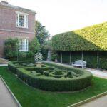 تصویر باغچه ای که با شکا های متفاوتی از گیاهان تزئین شده است