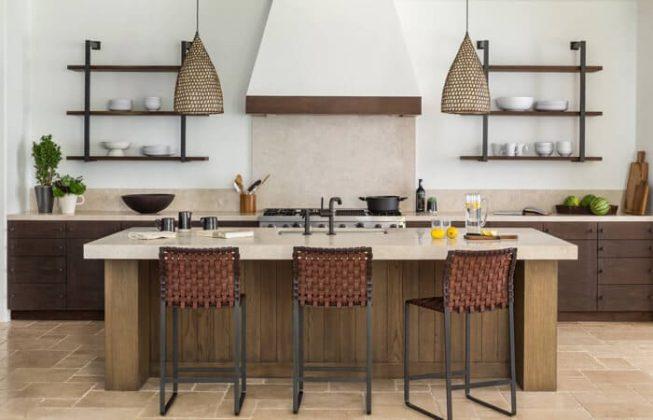 تصویری از یک آشپزخانه مدیترانه ای با دیوارهای سفید