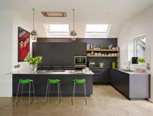 استفاده از رنگ های شاد در آشپزخانه با کابینت های تیره