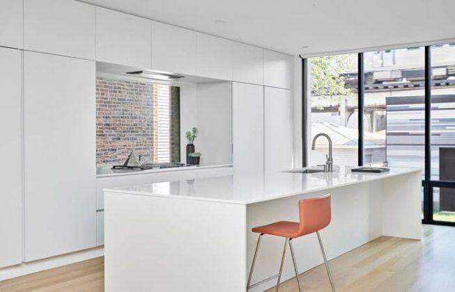 تصویر آشپزخانه مینیمال سفید رنگی که به سبک مدرن طراحی شده است