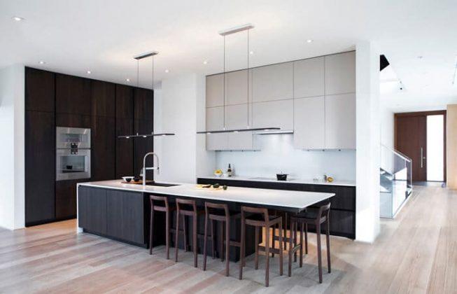 تصویر یک آشپزخانه به سبک مدرن با ترکیب رنگی سفید و مشکی