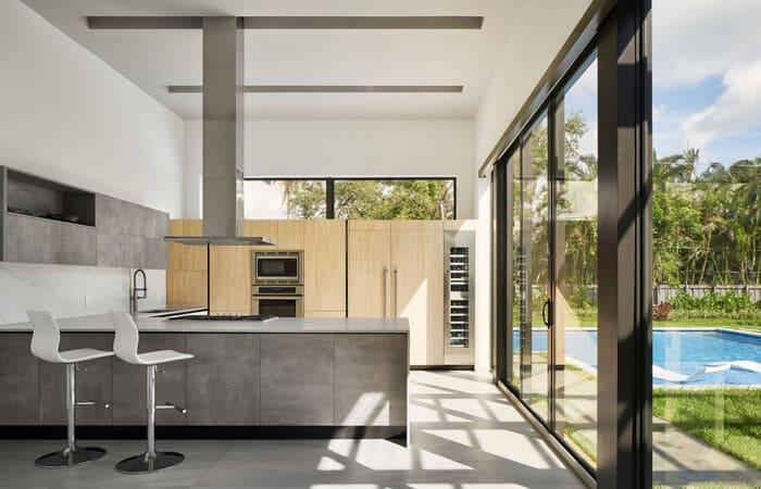 تصویر آشپزخانه مدرن چوبی و خاکستری