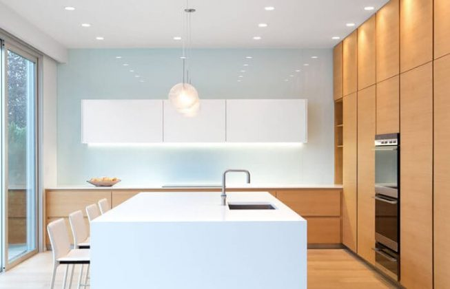 تصویر یک آشپزخانه مدرن با ترکیب کابینت سفید ساده و چوبی