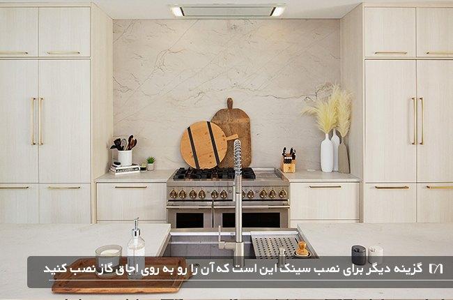 آشپزخانه ای به رنگ سفید با گاز و سینک رو به روی هم