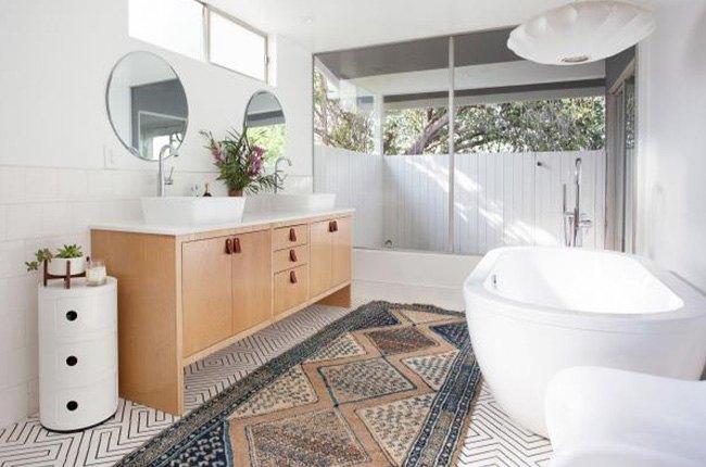 وان حمام بزرگ سفید و کفپوش طرح دار و روشویی چوبی