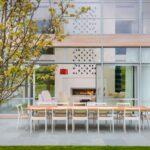 قرار دادن یک میز نهارخوری بزرگ در فضای بیرون منزل
