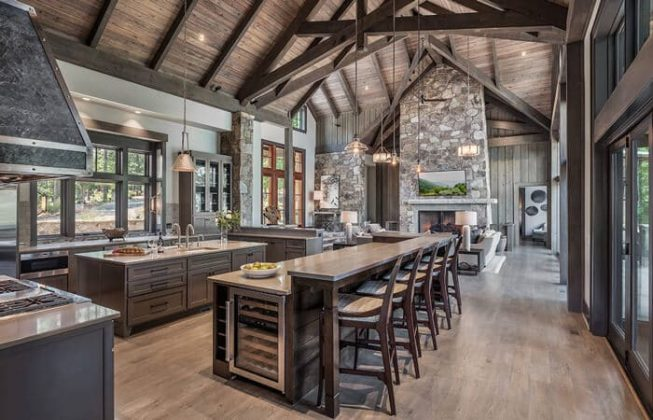 تصویری از یک آشپزخانه بزرگ روستیک چوبی