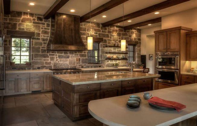 یک آشپزخانه طراحی شده به سبک روستیک با دیوار سنگی