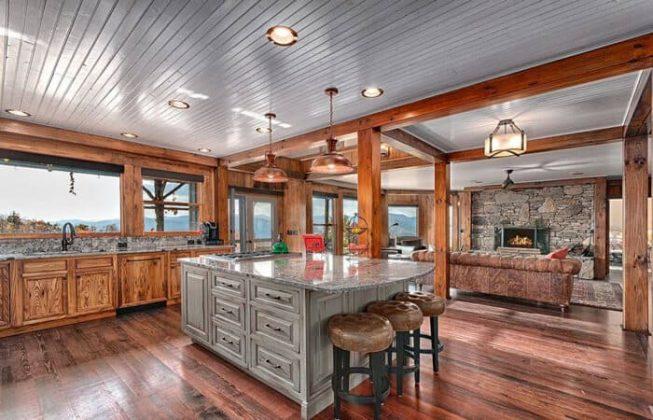 تصویر یک آشپزخانه روستیک با کف چوبی