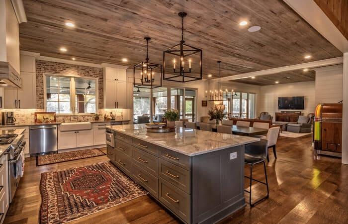 یک آشپزخانه روستیک با پارکت های چوبی برای کف