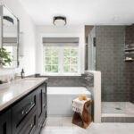 حمام و پنجره های بزرگ و روشویی چوبی تیره رنگ