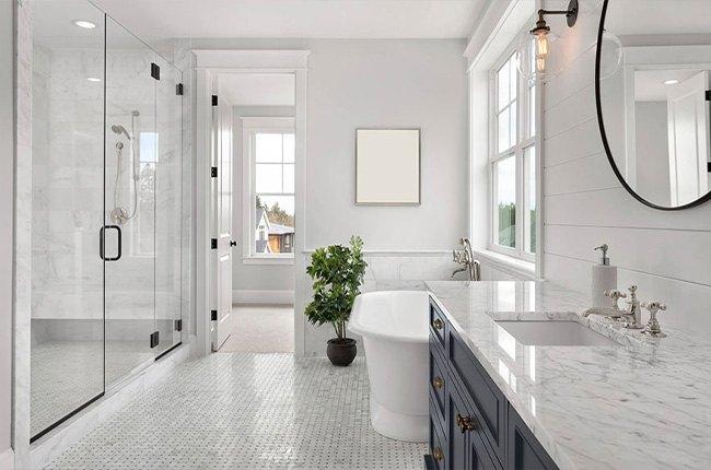 حمام و روشویی سفید رنگ همراه با گل و پنجره