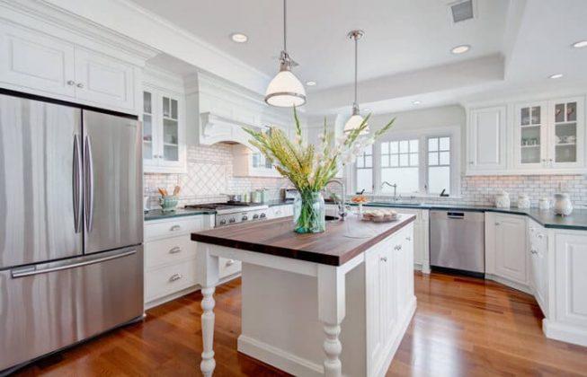 آشپزخانه ای زیبا به سبک سنتی با کف چوبی