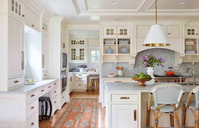 تصویر یک آشپزخانه به سبک سنتی با کابینت های شیری رنگ