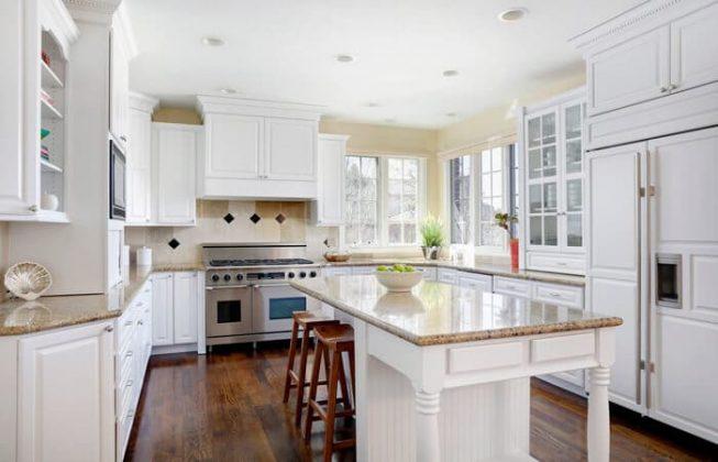 تصویر آشپزخانه ای با کابینت های سفید رنگ به سبک سنتی