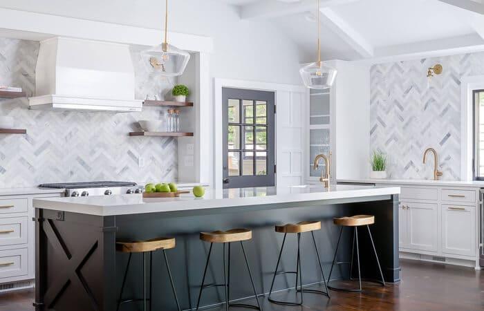 تصویر آشپزخانه ای طوسی سفید ، به سبک انتقالی