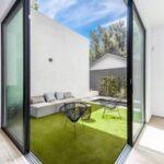 زیباسازی حیاط خلوت با استفاده از چمن مصنوعی