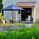 قراردادن میزو صندلی کنار باغچه برای زیبایی فضای باز منزل