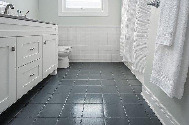 حمام سفید با کفپوش سرامیکی طوسی تیره