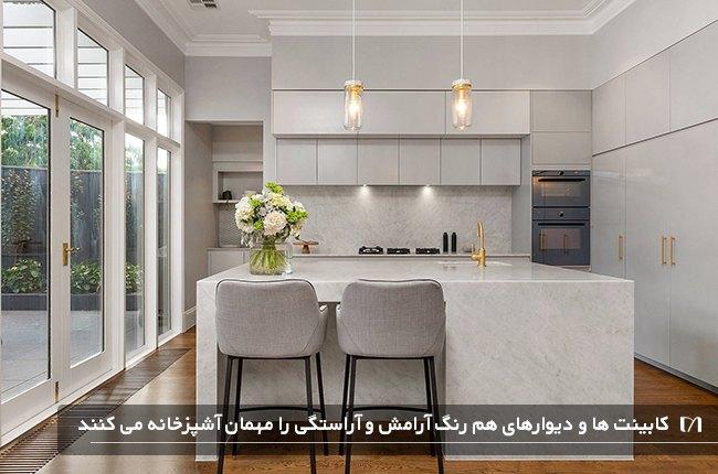 آشپزخانه ای با کابینت ها و دیوار هم رنگ و زیبا
