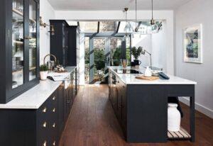استفاده از کنتراست رنگ سفید و مشکی در محیط آشپزخانه