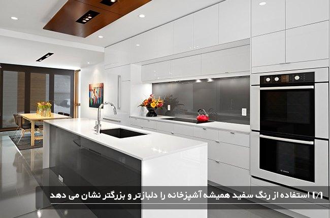 آشپزخانه با کابینت های سفید و ماکروفر و پیشخوان