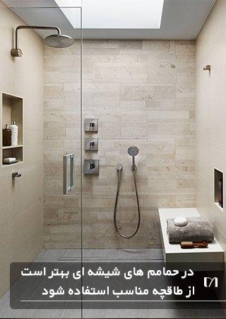 حمامی با محفظه شیشه ای و طاقچه